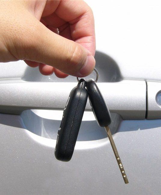 Pomoc ślusarza to nie tylko awaryjne otwieranie zamków