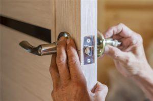 Kiedy warto zastanowić się nad wymianą zamka w drzwiach