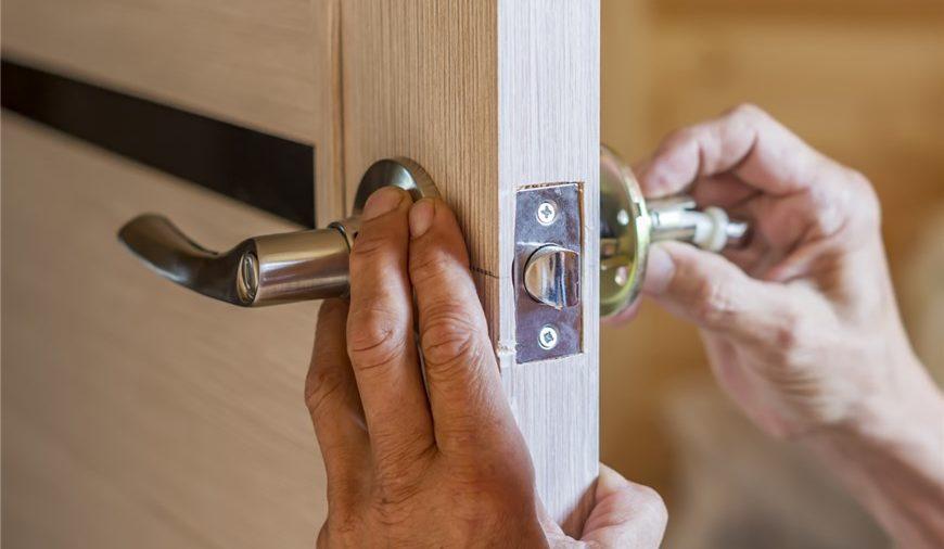 Kiedy warto zastanowić się nad wymianą zamka w drzwiach?
